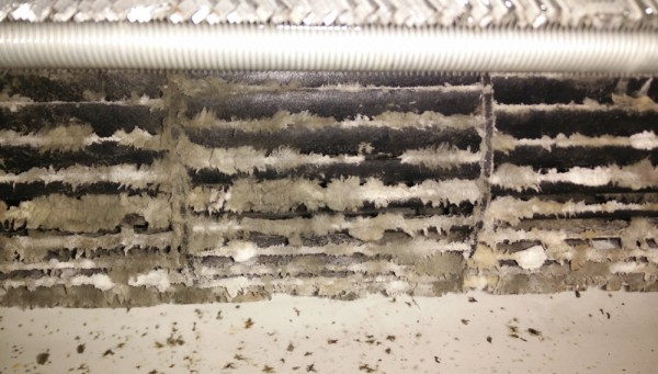 Mi aire acondicionado no enfría suficiente por no haber suficiente flujo de aire al tener el ventilador interior muy sucio.
